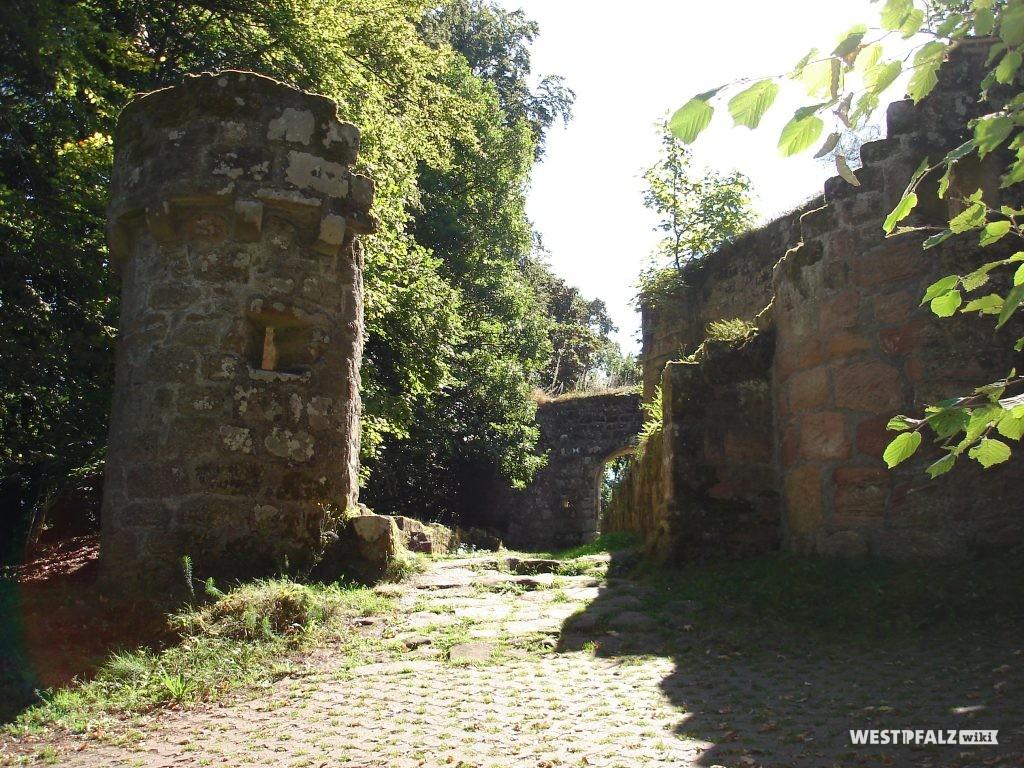 Erstes Eingangstor mit zwei gut erhaltenen Türmen rechts und links.