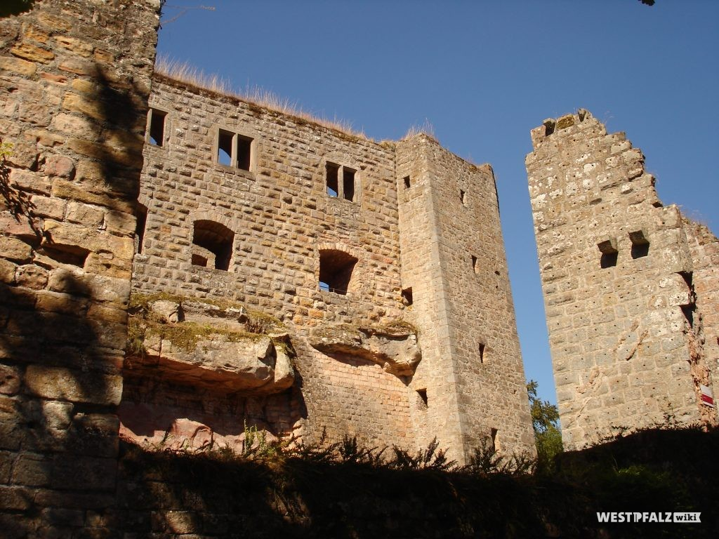 Blick aus Westen auf den Wohnpalas mit Abortturm. Am rechten Bildrand ist die Turmruine zu sehen, in der sich das zweite Eingangstor zur Unterburg befindet.