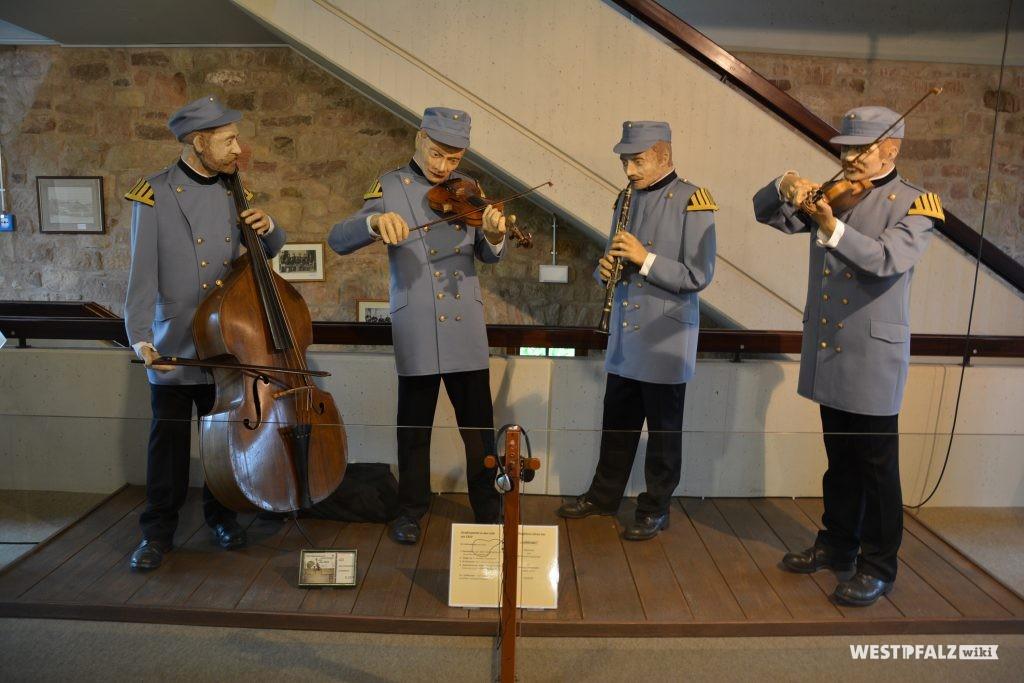 Kostümierte Musiker an ihren Instrumenten spielend