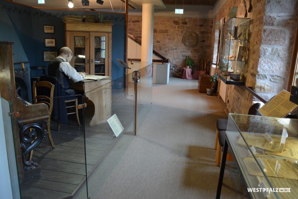 Blick über die Ausstellung. Links ein Musiker am Schreibtisch