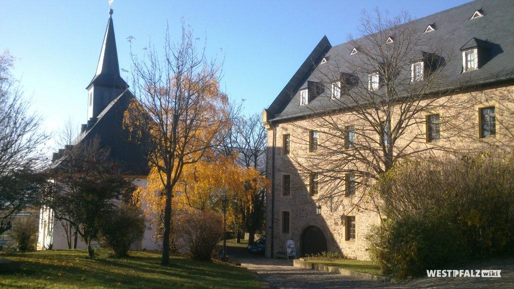 Rechts im Bild die Zehntscheune. Links im Bild die evangelische Barockkirche in der historischen Burganlage