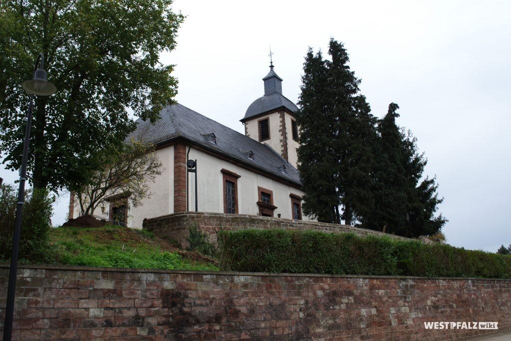 Blick von der Hauptstraße auf die etwas erhöht gelegene Martin Luther-Kirche