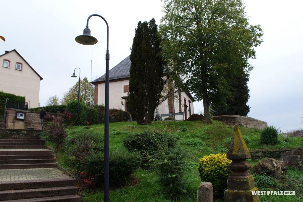 Blick von der Hauptstraße in Richtung des Hauptportals der Martin Luther-Kirche