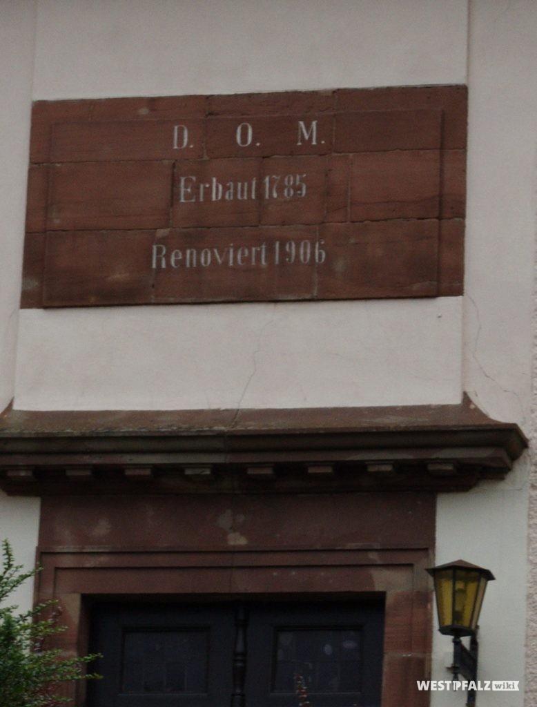 Inschrifttafel mit Erbauungs- und Renovierungsjahr über dem Hauptportal der Martin Luther-Kirche in Contwig