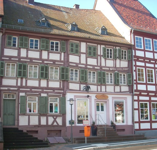 Ferkelsches Haus in Otterberg. Am rechten Bildrand ist die Alte Apotheke zu sehen.