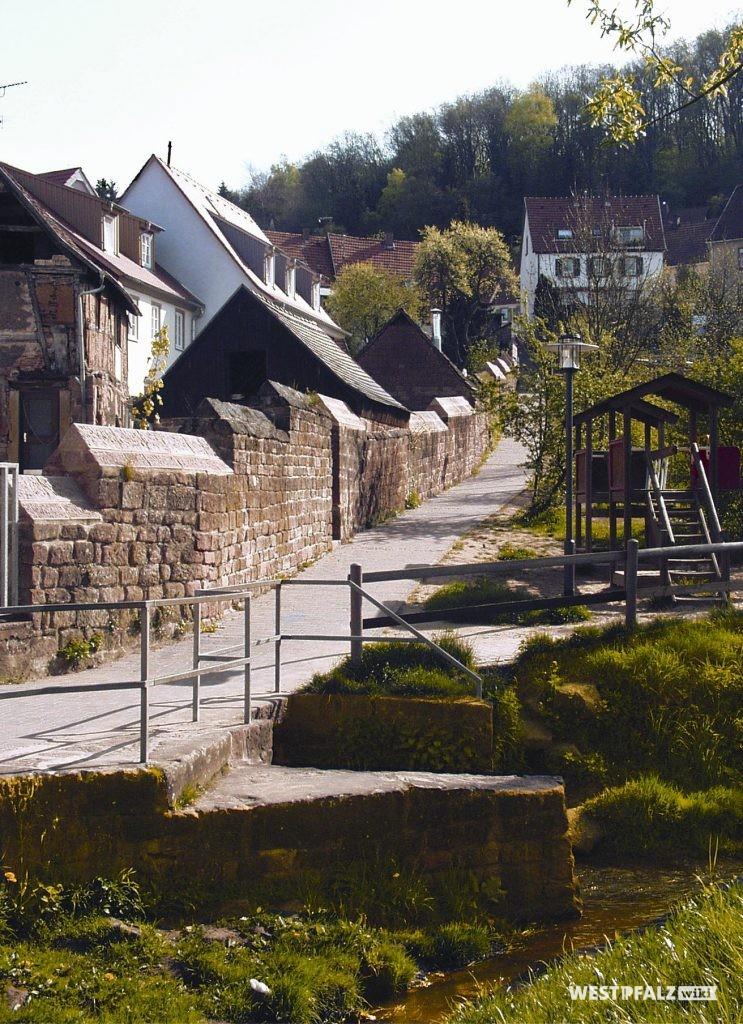 Teil der Stadtmauer parallel zur Lauerstraße in Otterberg
