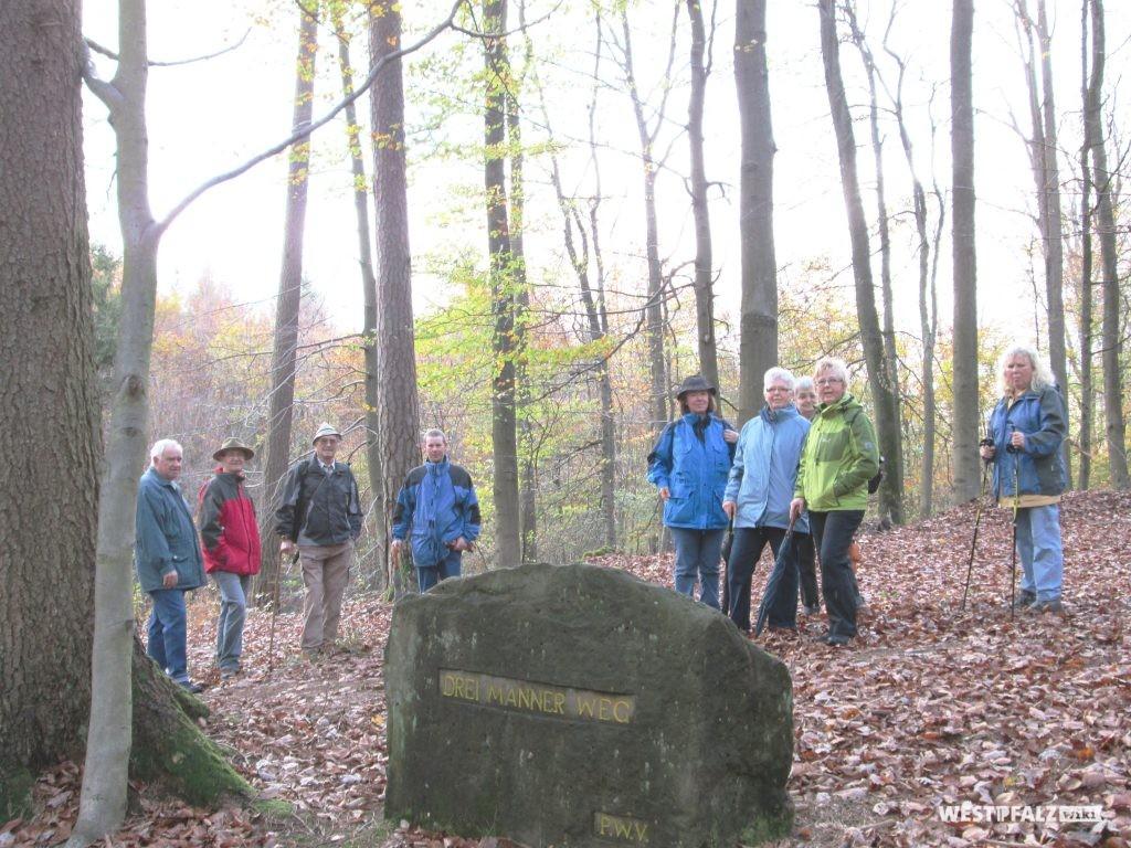 """Ritterstein Nr. 193 mit der Inschrift """"Drei-Männer-Weg"""""""