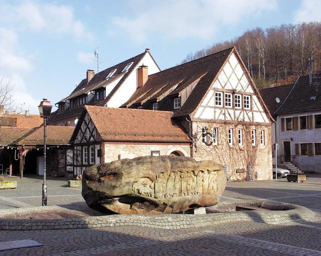 Kirchplatz mit Brunnen in Otterberg