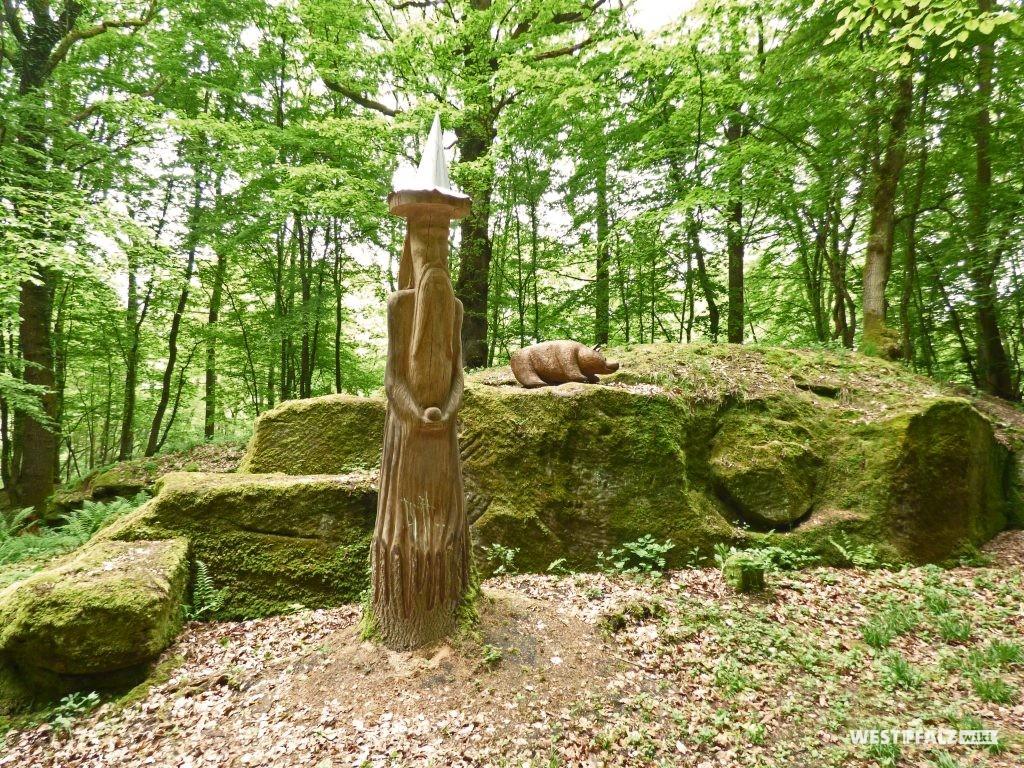 Holzfiguren am Teufelstein bei Frankelbach