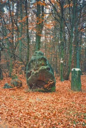 Hinkelstein bei Otterberg. Rechts daneben Dreimärker mit Otterberger Abtstab