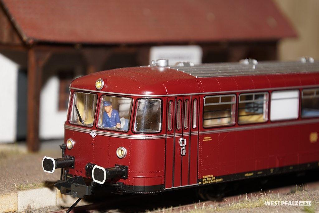 Modellschienenbus des Bachbahnmuseums in Erfenbach