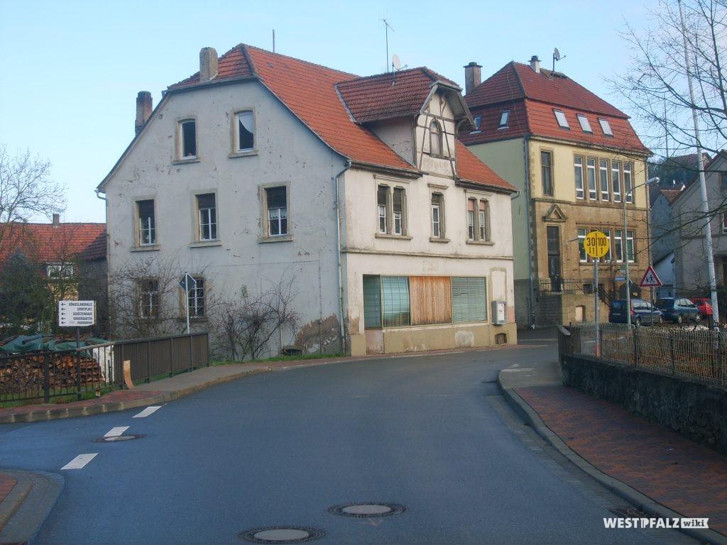 Das ehemalige Gasthaus Cappel in Hinzweiler. Dahinter ist das einstige neue Schulhaus zu sehen