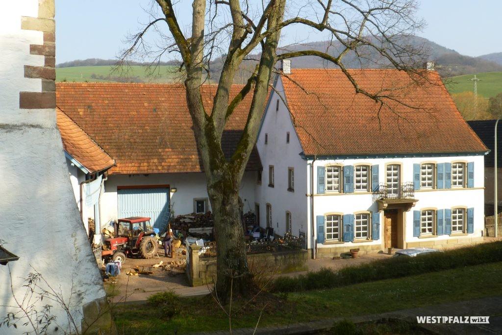 Dreiseithof in Hinzweiler. Links im Bild die Außenmauer der protestantischen Kirche