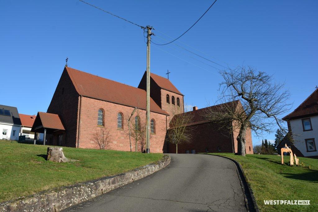 Blick von Westen auf die katholische Kirche in Katzweiler