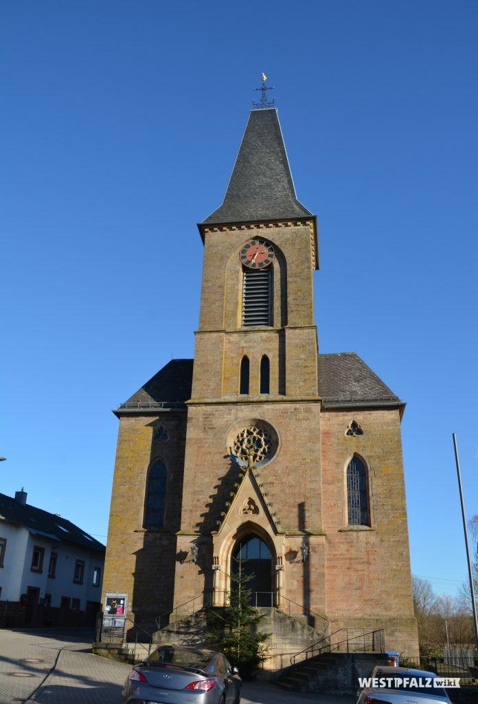 Westportal mit Kirchturm der katholischen Kirche in Schallodenbach