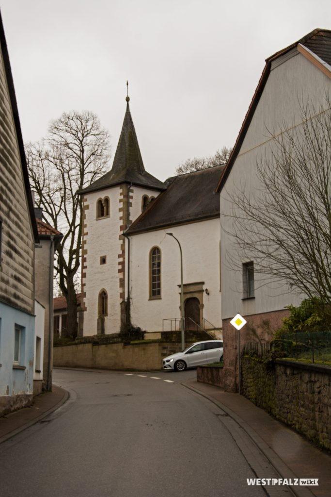 Blick von der Hauptstraße aus Norden kommend auf die protestantische Kirche