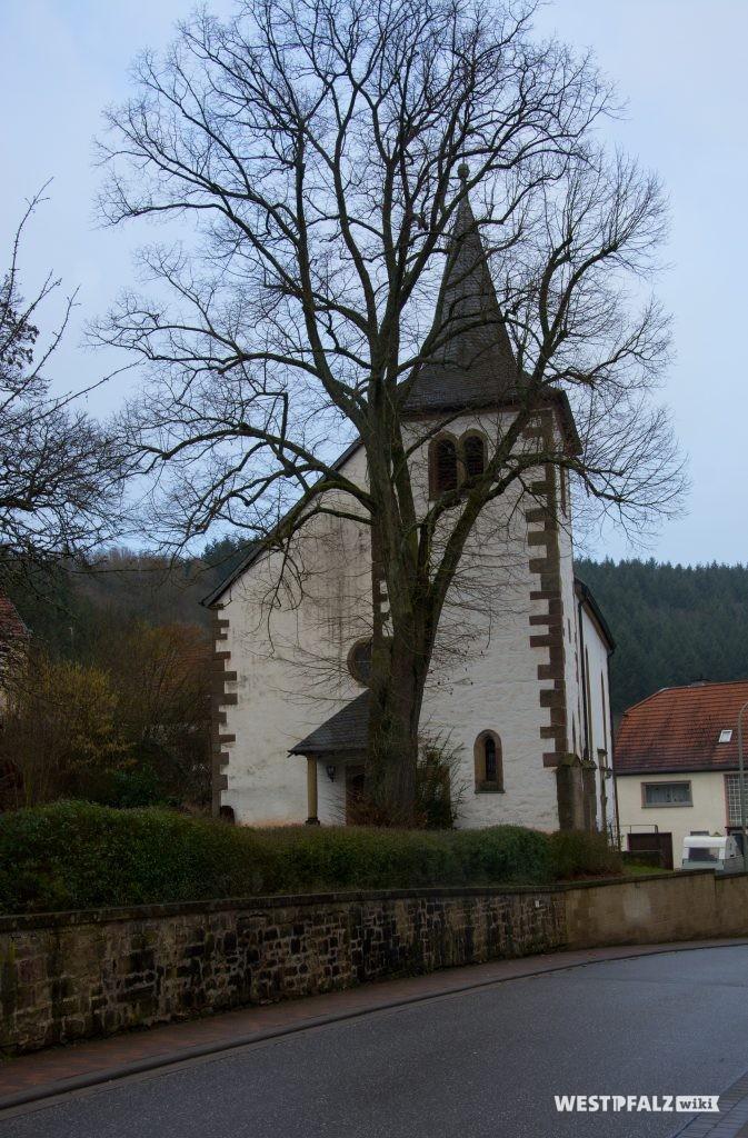 Blick von der Hauptstraße aus Süden kommend auf die protestantische Kirche