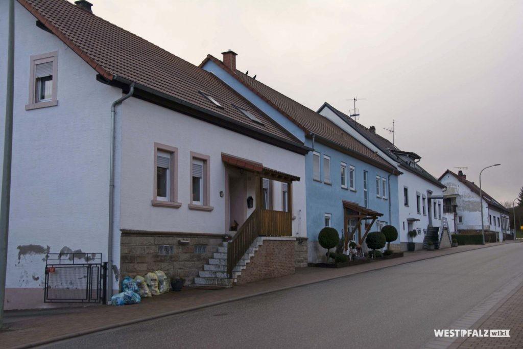 Blick auf die beiden Häuser der ehemaligen Tankstelle Mahler
