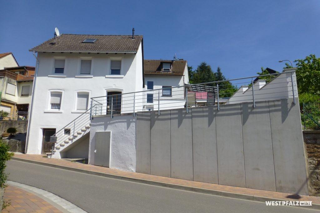 Ehemaliges Musikantenhaus mit neugestaltetem Außenbereich von der Hauptstraße