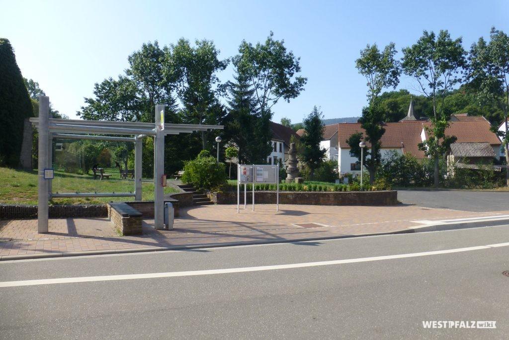 Heutiger Dorfplatz mit Brunnen
