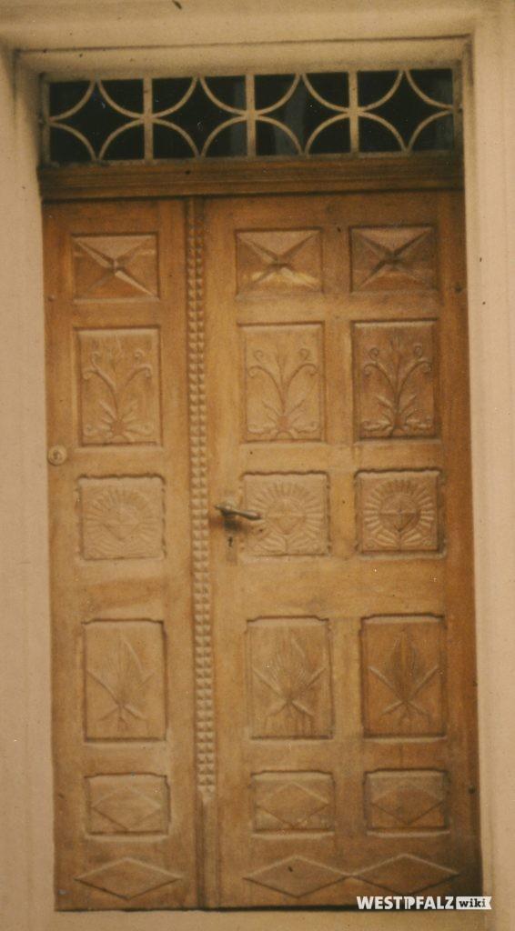 Verziertes Türblatt der Haustür des Dreiseithofs in Hinzweiler