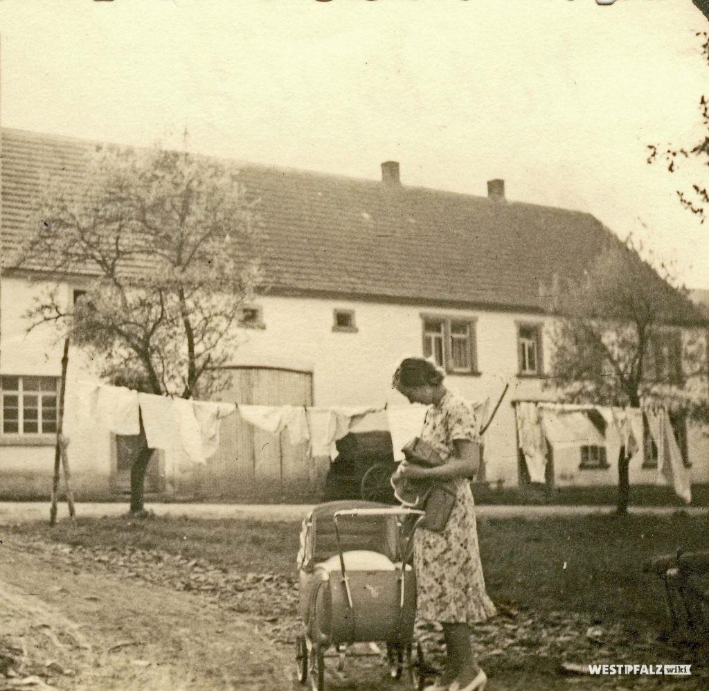 Im Hintergrund die Schreinerei Köhler