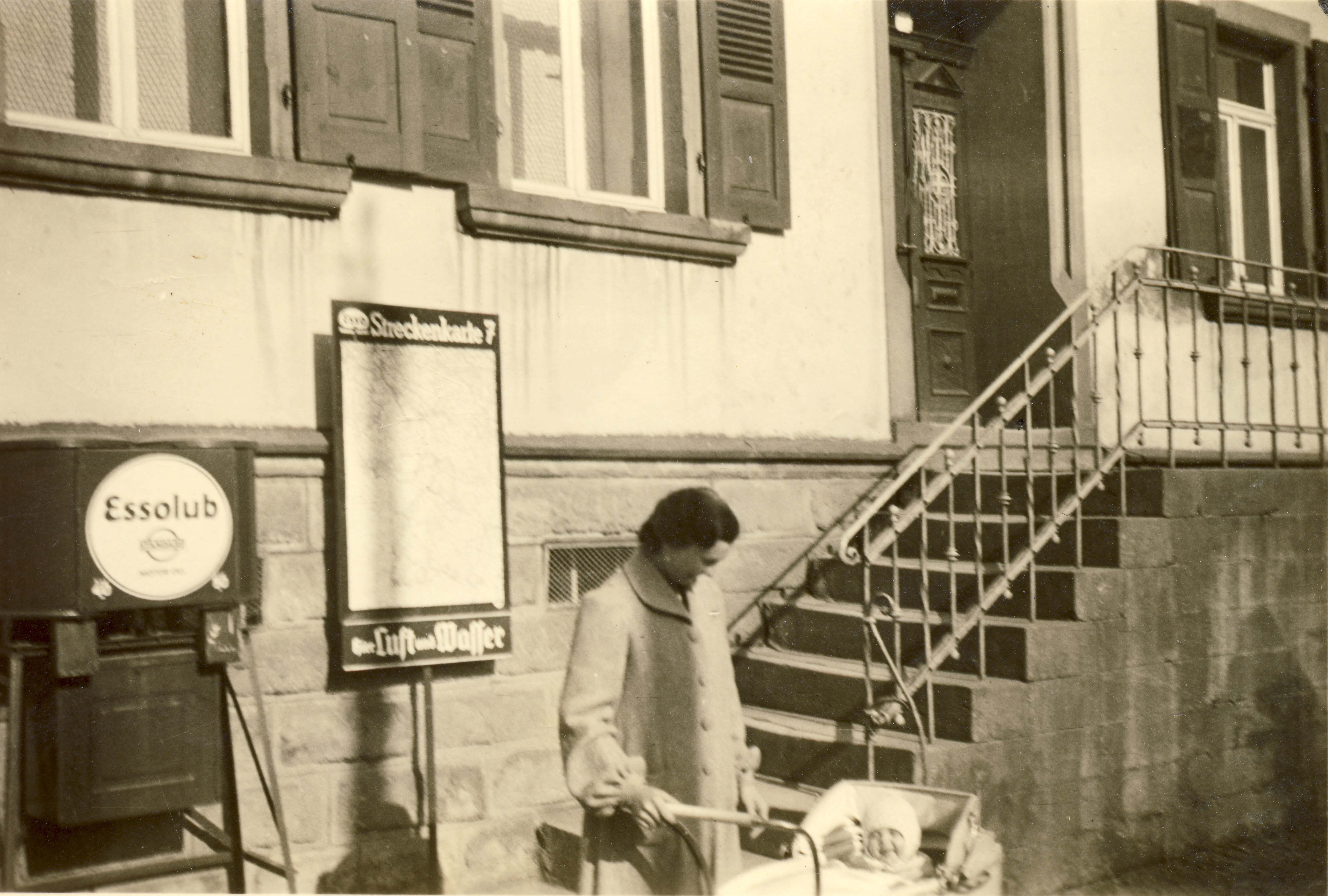 Tanksäule vor dem Wohnhaus Mahler