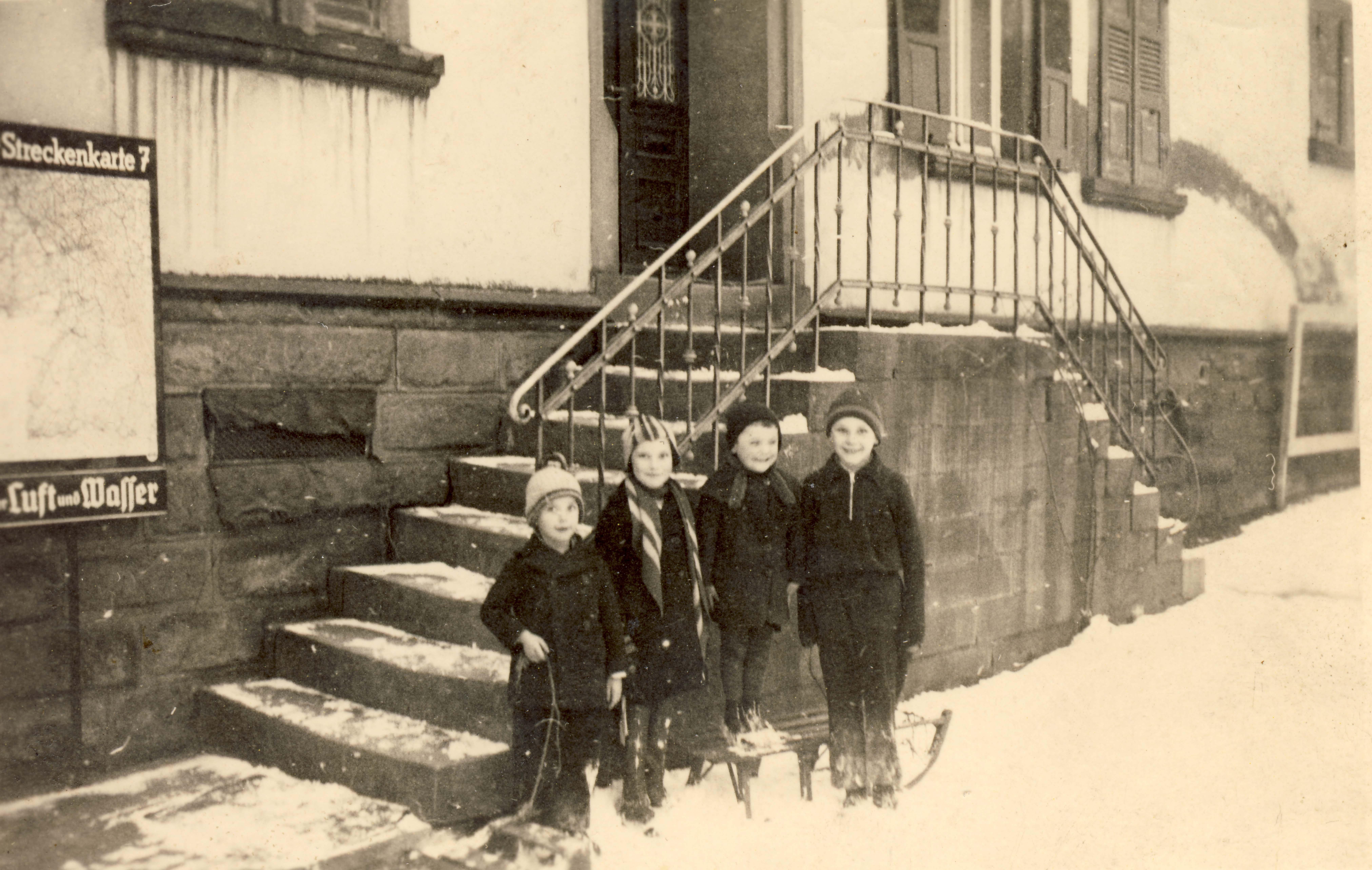 Kinder vor dem Wohnhaus Mahler