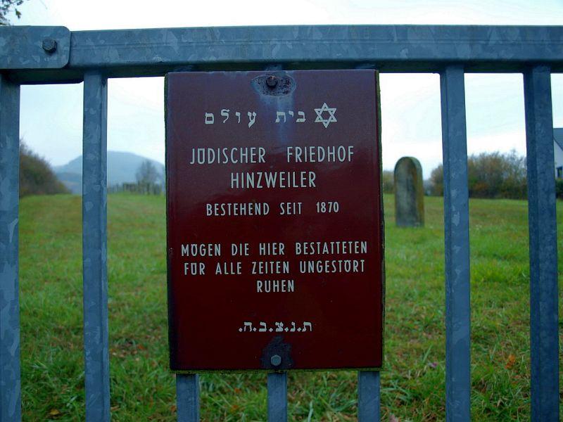 Metallschild am Eingangstor des jüdischen Friedhofs in Hinzweiler