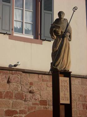 Statue des heiligen Bernhard von Clairvaux vor dem Kapitelsaal in Otterberg