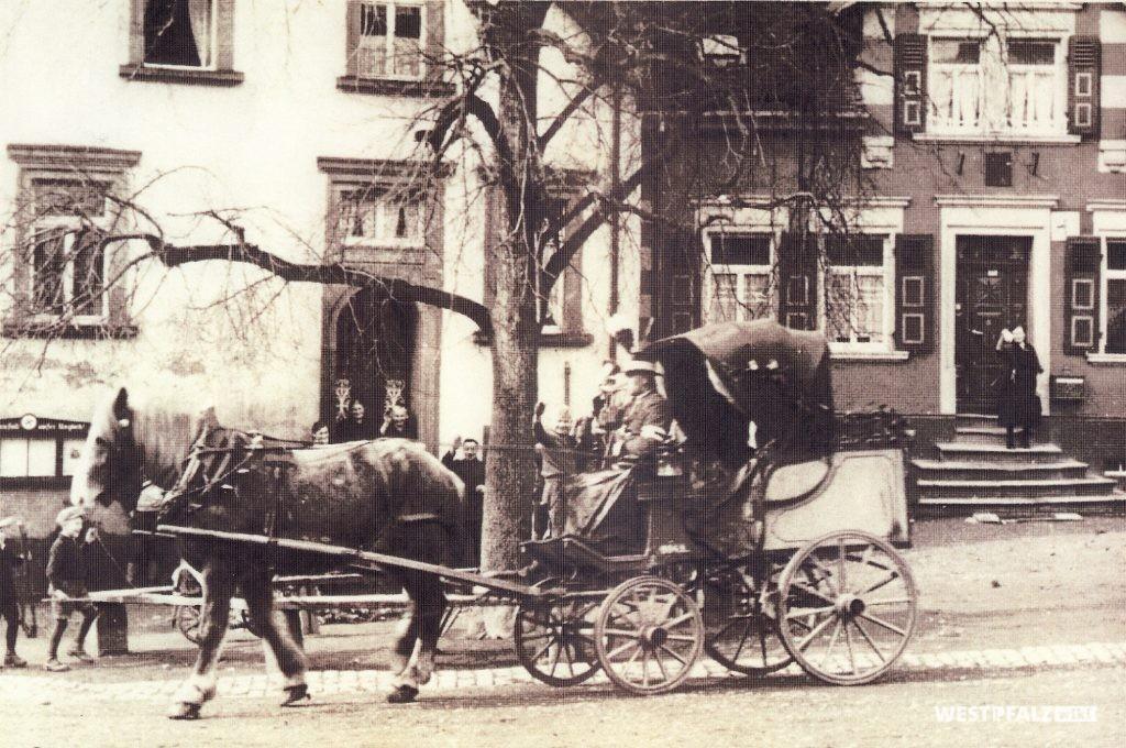 Postkutsche vor der Poststation in den 1930er Jahren