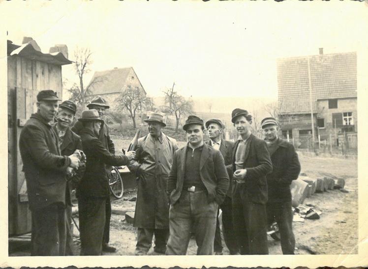 Bauarbeiter bei der Kirche