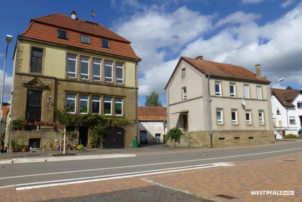 Links ist das neue Schulhaus zu sehen, rechts das alte Schulhaus in Hinzweiler