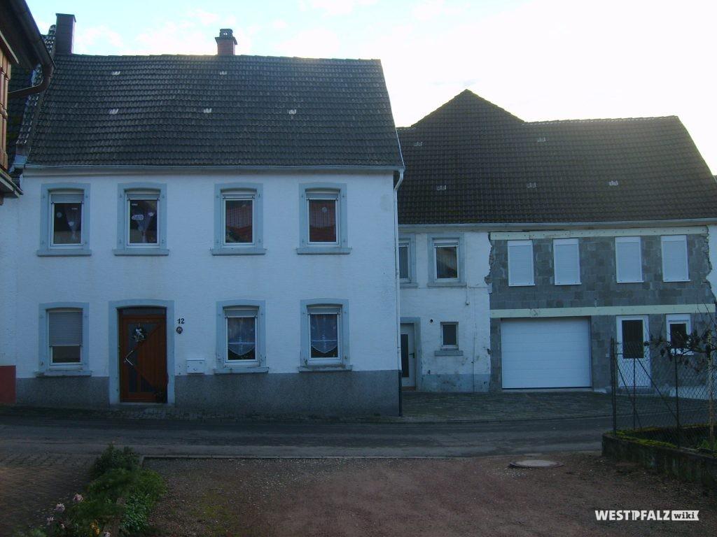 Ehemalige Mühle, Sägewerk und Schreinerei in Oberdorf 12 in Hinzweiler. Wohnhaus links und ehemalige Scheune rechts