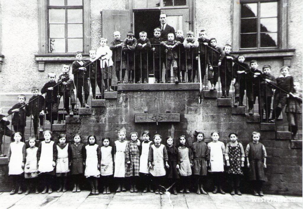 Klassenfoto auf der Eingangstreppe des Schulhauses