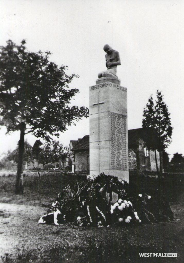 Kriegerdenkmal auf dem alten Friedhof in Erfenbach vor der Erweiterung