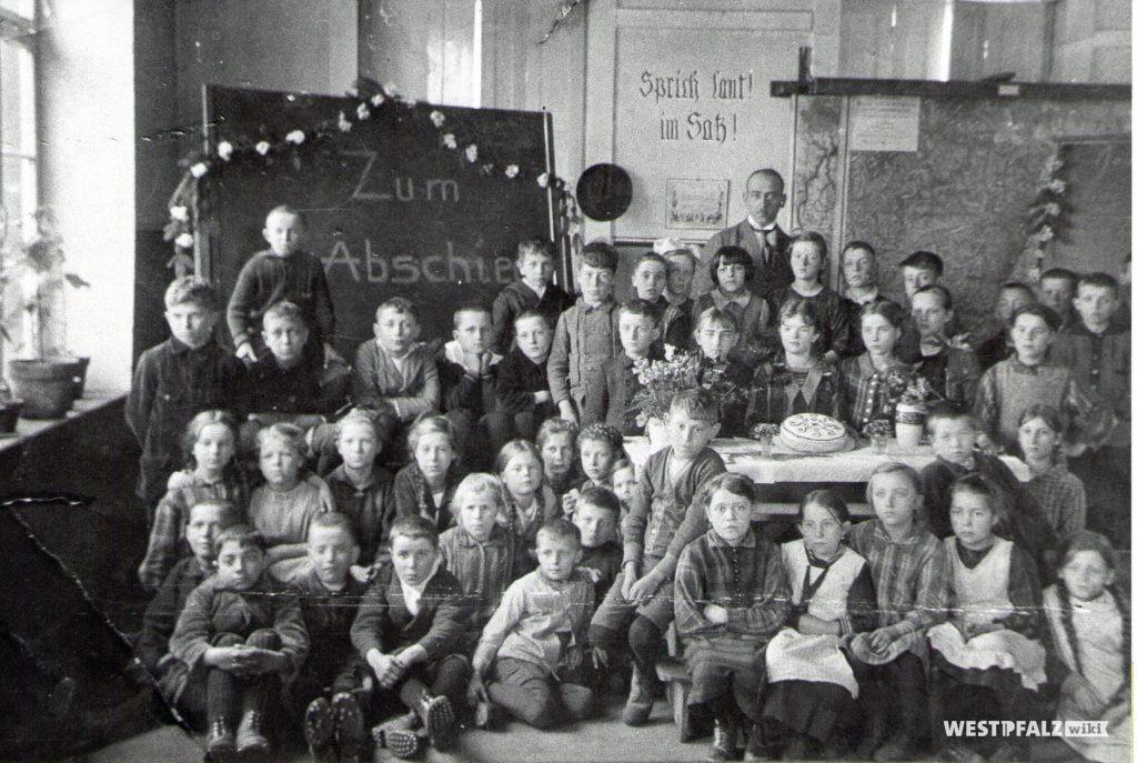 Klassenfoto in einem Schulsaal