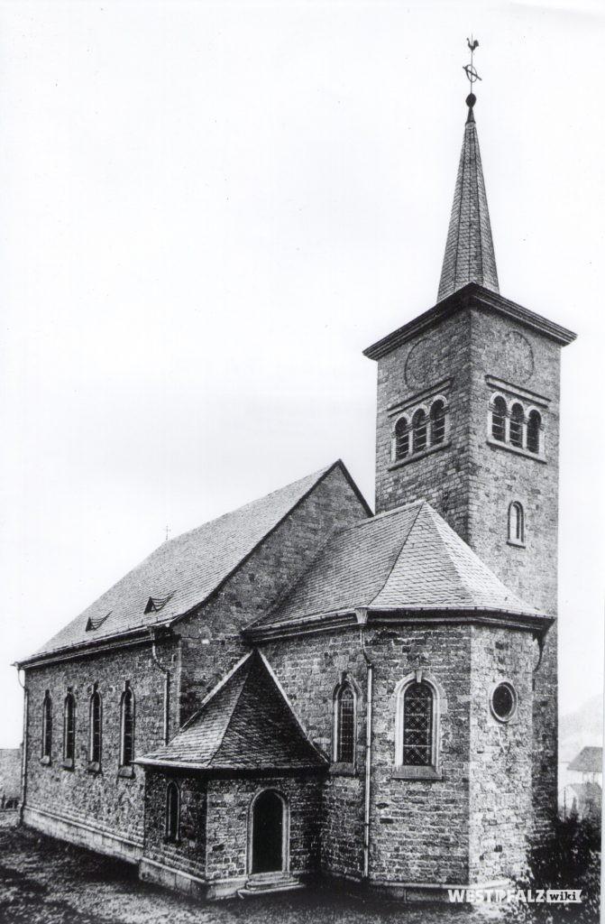 Fertiggestellte katholische Kirche. Hier noch der Kirchturm mit Spitzhelm