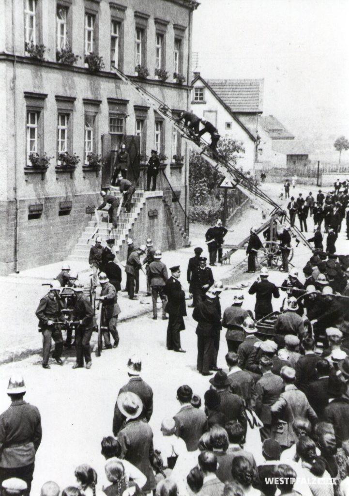 Feuerwehrübung bei der ehemaligen Volksschule in Erfenbach