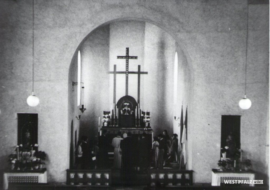 Katholische Kirche - Altarraum nach dem Wiederaufbau
