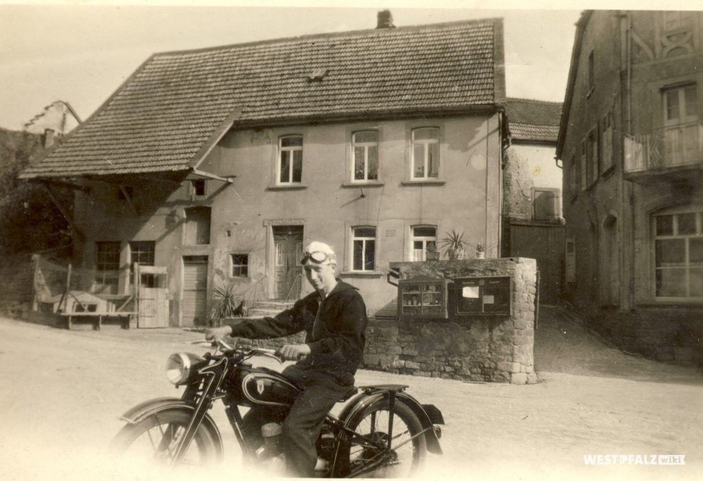 Ehlers vor dem Wohnhaus Oberdorf 2