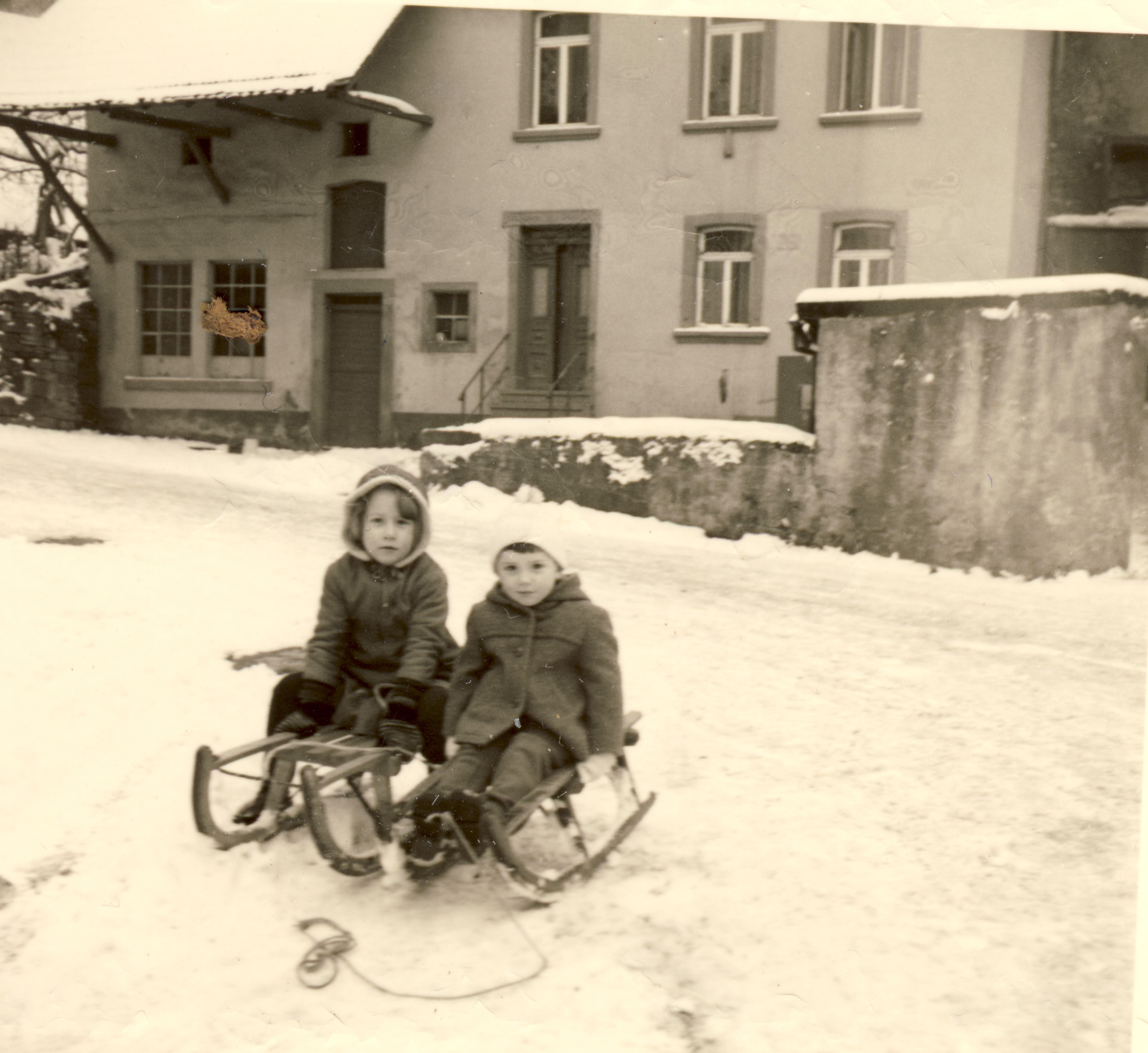 Kinder Ehlers vor dem Wohnhaus Oberdorf 2 im Winter 1961/62