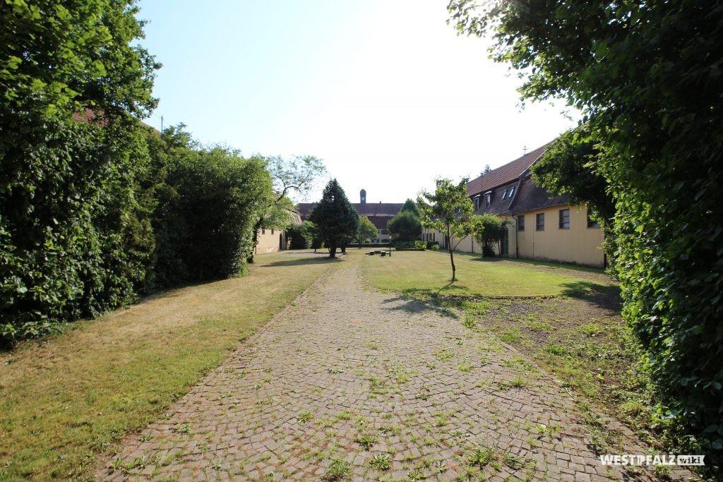 Bepflanzter Innenhof des Eichelscheiderhofs