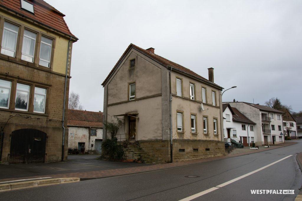Altes Schulhaus in Hinzweiler. Am linken Bildrand das neue Schulhaus