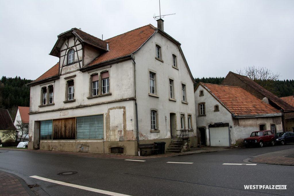 Ehemaliges Gast- und Warenhaus Cappel in Hinzweiller. Im Hintergrund ist der Anbau mit der Unterkunft der Mägde und der Kutsche zu sehen
