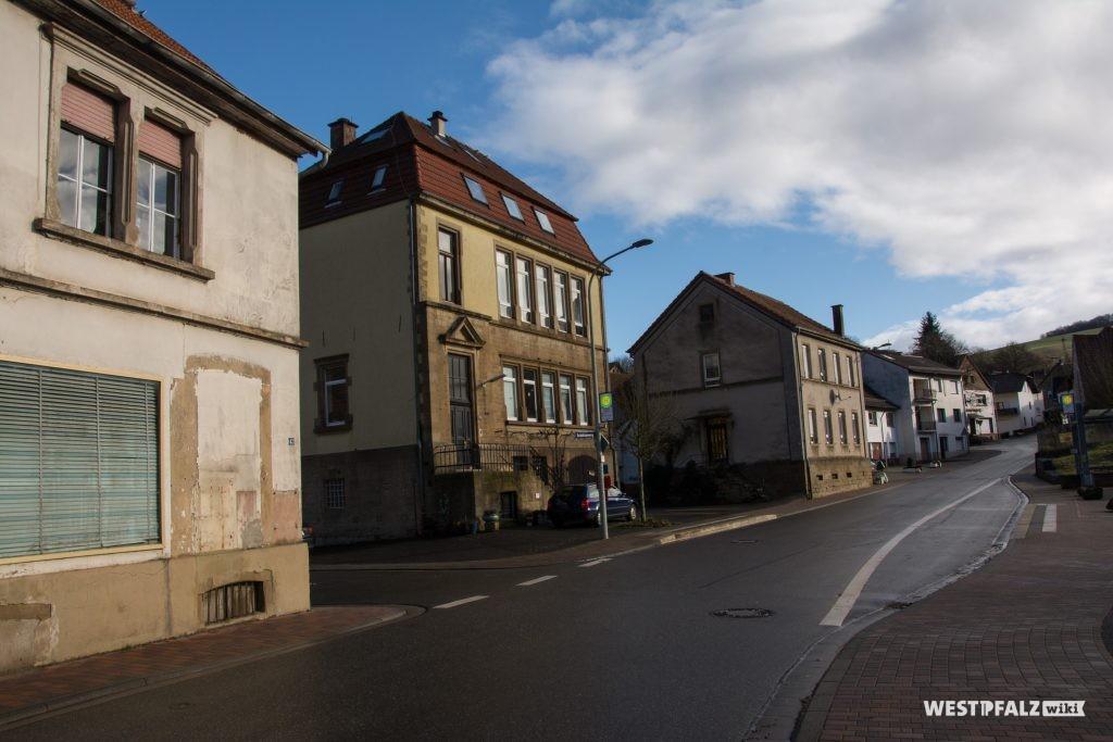 Im Hintergrund das alte Schulhaus an der Hauptstraße von Hinzweiler. Davor das neue Schulhaus