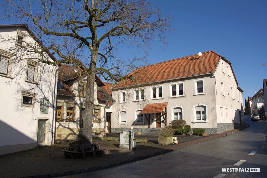 """Ehemaliges Gasthaus """"Zur Linde"""" in Hinzweiler mit großer Linde im Vordergrund"""
