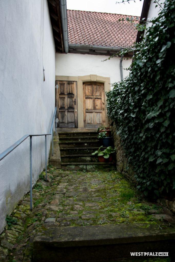 Treppenaufgang mit den beiden Eingangstüren - rechts zum Innenraum, links zur Frauenempore