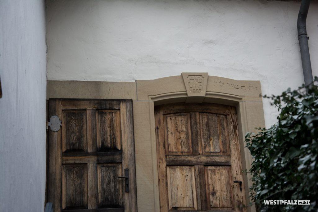 Inschrift im Sandsteinrahmen der Tür