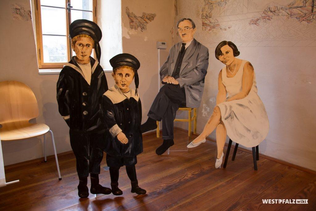 Künstlerische Darstellung unterschiedlicher Familienmitglieder ehemaliger jüdischer Familien in Odenbach
